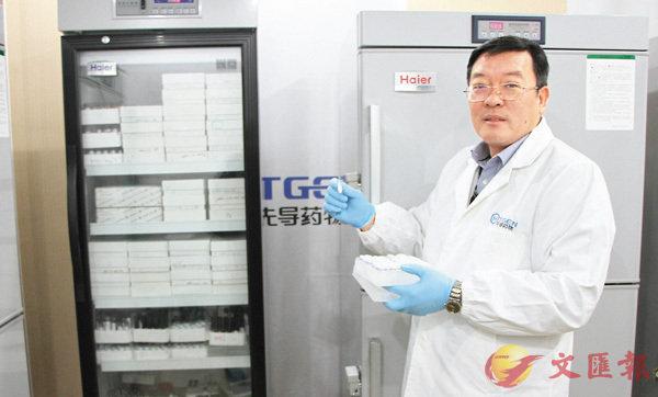 ■李進檢查「DNA編碼化合物庫」。 李兵  攝