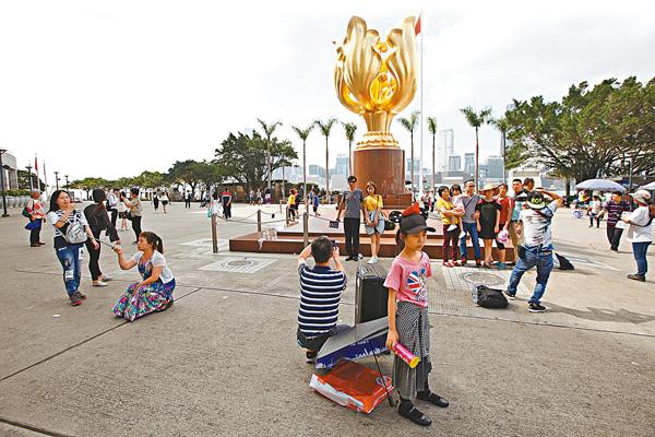 ■ 不少內地客在五一小長假來港觀光。 香港文匯報記者曾慶威 攝