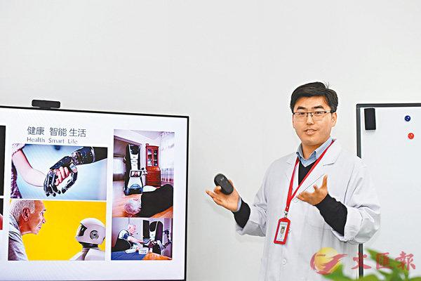 ■李耀介紹手術機械人的操作原理。香港文匯報記者李兵攝