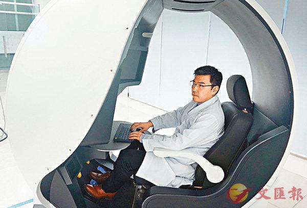 ■李耀操作VR微創手術機械人操作培訓系統。 香港文匯報記者李兵  攝