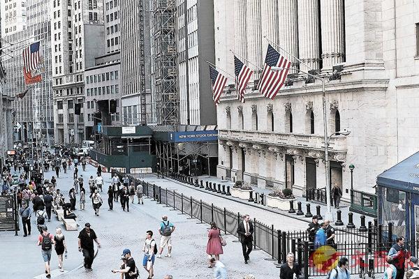 ■美國聯儲局議息後宣佈維持利率不變,符合市場預期,但市場憂慮中美貿易戰及地緣政治危機,拖累道指隔晚跌170點報收。圖為紐約證券交易所門外。 法新社