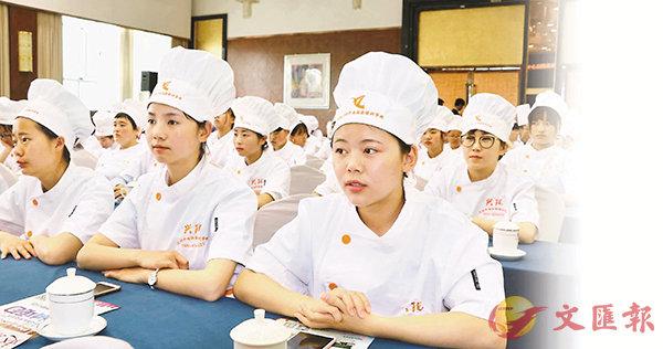 ■ 甘肅省首批蘭州牛肉麵女子形象大使培訓會昨日在蘭州舉行。 香港文匯報記者劉俊海  攝