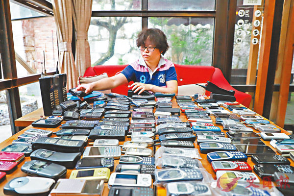 貴州省貴陽市80後女子王祝是一位老數碼產品「發燒友」,熱衷收集各年代手機。15年間,她總共花8萬餘元人民幣收集了300多台手機。 ■圖/文: 中新社