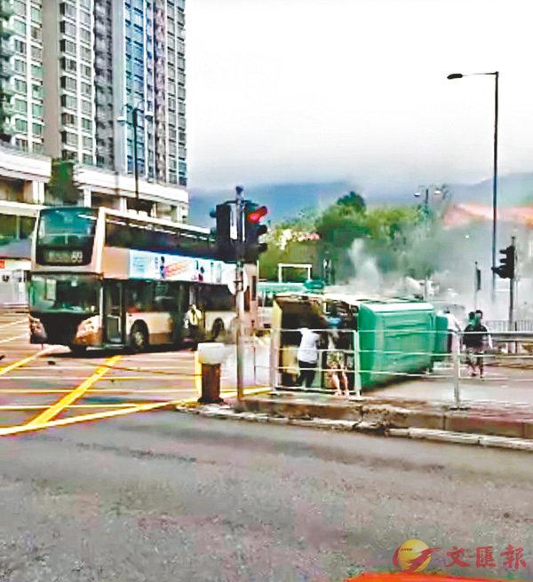 ■九巴 ( 左 )車頭泵把撞甩, 翻側綠色專線小巴則躺卧行人路燈口位。 網上圖片