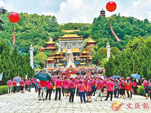 ■ 來自中山、東莞的千名台商組團祭媽祖。香港文匯報記者胡若璋  攝