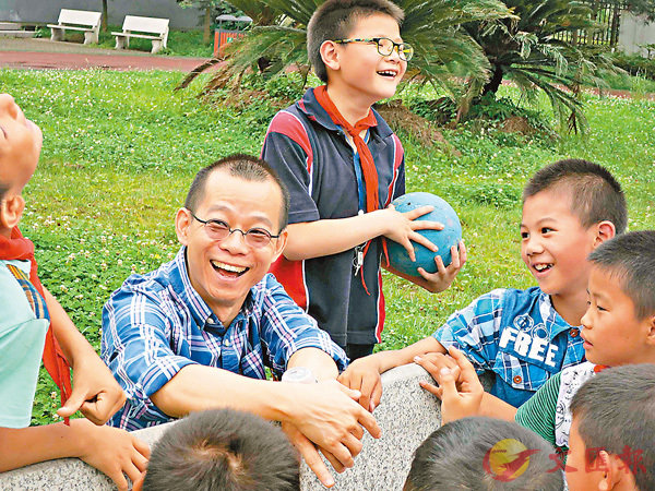 ■沈文偉(左一)積極在當地籌辦活動,目的之一是要讓學生在非常時期能有安全空間活動。 理大供圖