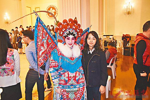 ■Feline(右)表示此行深深感受到中國文化特色,眼界大開。受訪者供圖