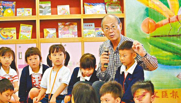 ■梁紀昌向小學生講故事。 大會供圖