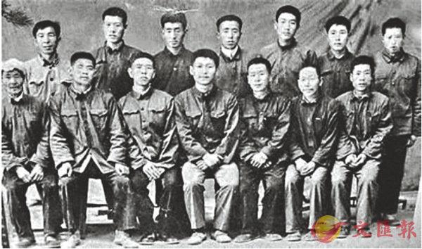 ■習近平(前排中)準備上大學離開時,梁家河村民與習近平合影。 網上圖片