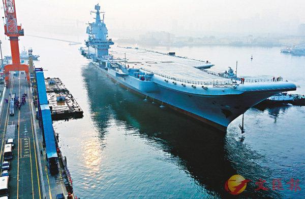 ■ 中國首艘國產航母昨日從遼寧大連造船廠碼頭啟航,赴相關海域執行海上試驗任務。  路透社