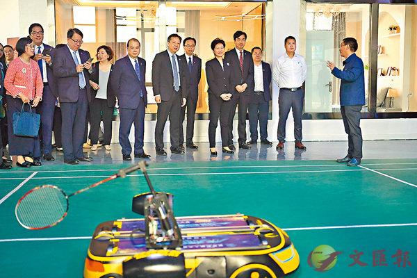 ■林鄭月娥(右五)日前在成都參觀電子科技大學,聽取大學代表介紹羽毛球機器人。
