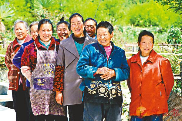 ■南江縣興馬鎮廟坪村農婦聞訊香港企業家助她們脫貧,臉上露出幸福的微笑。 香港文匯報記者李兵  攝