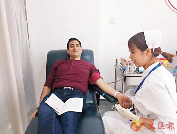 ■ 印度人NIPUN TALWAR昨日捐血400亳升。 網上圖片