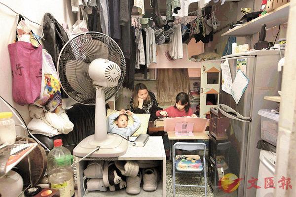 ■�茤訄羆h兒童,只能在極度狹窄的環境成長,食飯、做功課也只能在床上進行。 資料圖片