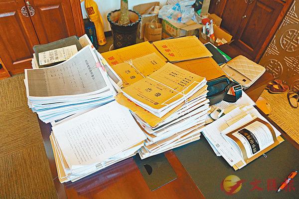 ■ 唐帥辦公室堆積如山的案卷。香港文匯報記者孟冰 攝