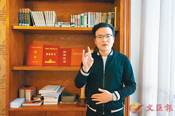 ■ 唐帥演示自然手語。香港文匯報記者孟冰 攝