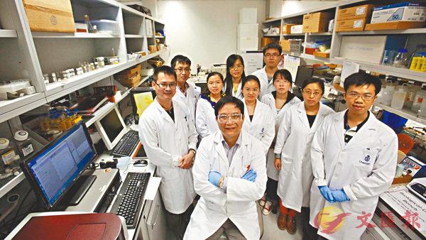 ■唐本忠(中)率領兩地科研團隊,以AIE原創項目登上國家自然科學獎的最高領獎台。 資料圖片