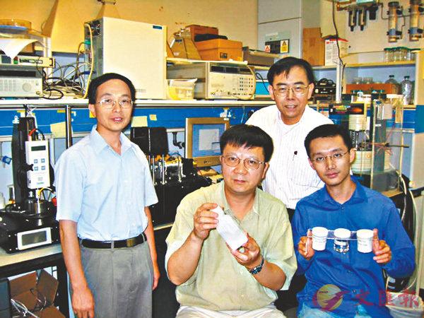 ■溫維佳教授(前中)與團隊。 資料圖片