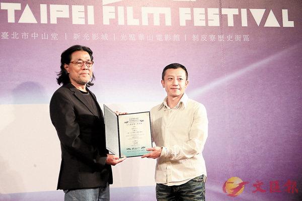 ■電影節主席李屏賓(左)頒發入選證書給導演楊雅�F。中央社