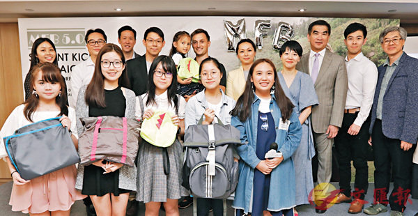 ■5個來自筲箕灣東官立中學的學生,去年設計了「MFB5.0」多功能家庭背包。前排左起:鄧卓瑤、方思敏、陳欣璐、鄒嘉倩、馬伽穎。