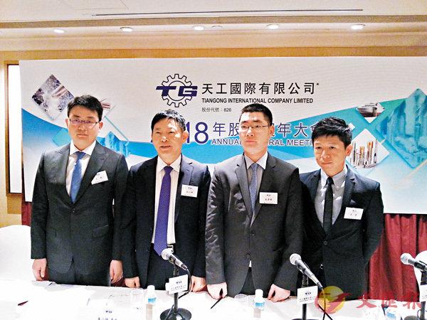 ■左起:天工首席財務官王剛、主席朱小坤、首席投資官朱澤峰及財務總監李榮。  記者岑健樂  攝