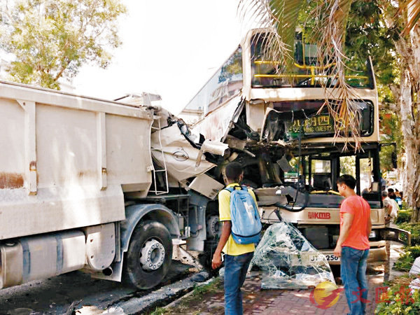 ■肇事泥頭車與九巴車頭同告嚴重損毀。 網上圖片