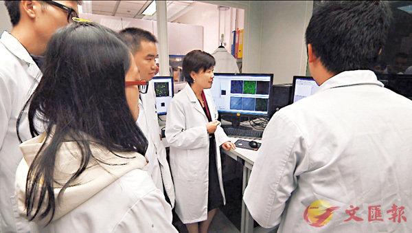 ■葉玉如在實驗室與研究人員探討。實驗室片段截圖