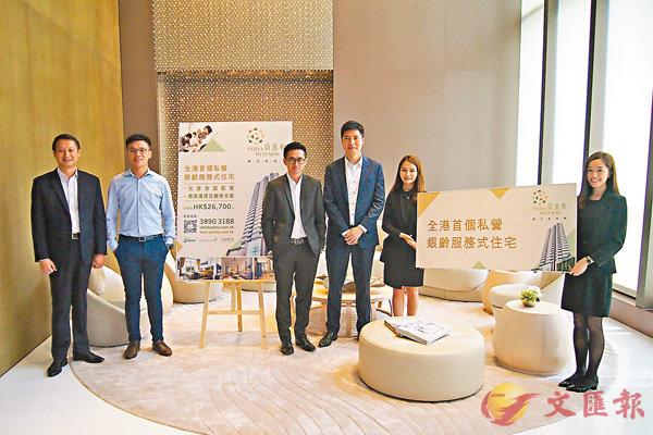 ■鄧耀昇(左二)表示,蔚盈軒共提供79伙,戶型由一房至三房。左三為嚴沛基。 蘇洪鏘  攝