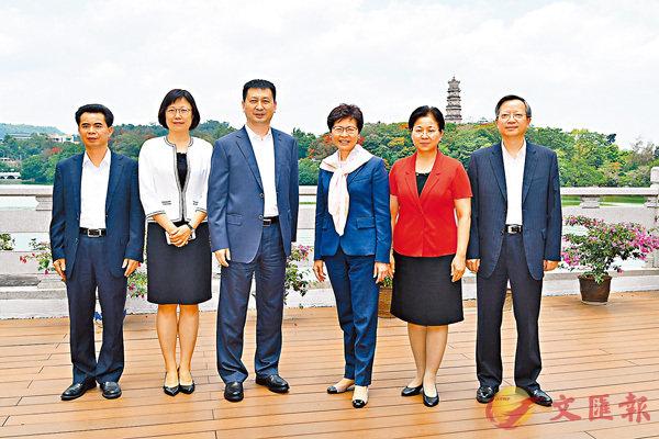 ■行政長官林鄭月娥與惠州市代市長劉吉等會面。圖為林鄭月娥與劉吉及其他市領導在會面前合照。