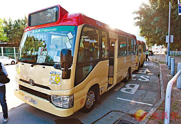 ■警方接報元朗區有通宵公共小巴涉超載,在「放蛇」及隱形戰車配合下,拘捕3名司機及將違例公共小巴拖走。