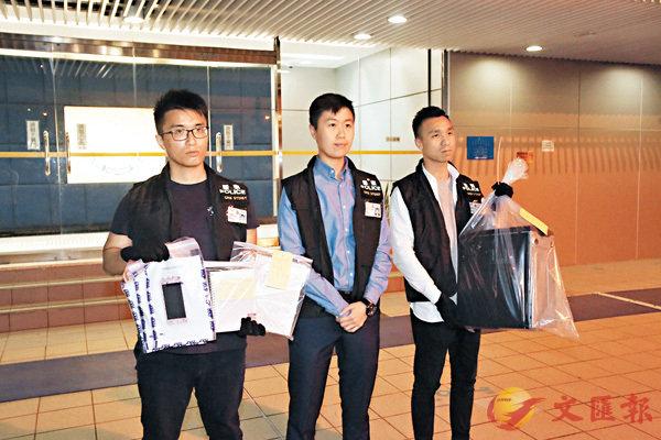 ■警方在拘捕詐騙周杰倫女歌迷的疑犯後,檢走一批證物包括手提電話和數簿。