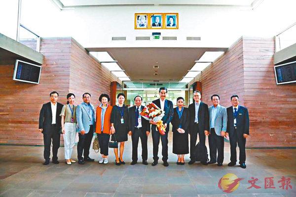 ■梁振英(前排左七)一行赴柬埔寨,協助當地白內障致盲病人復明。 fb截圖
