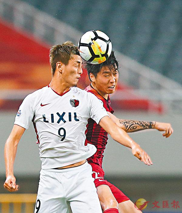 ■上港隊球員傅歡(右)在比賽中爭頂。新華社