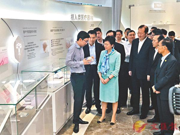 ■林鄭月娥在廣州科創企業了解植入式醫療器械的使用。