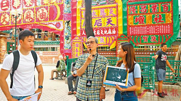 ■彭叔向團友講述廟街名稱的來源。香港文匯報記者顏晉傑  攝