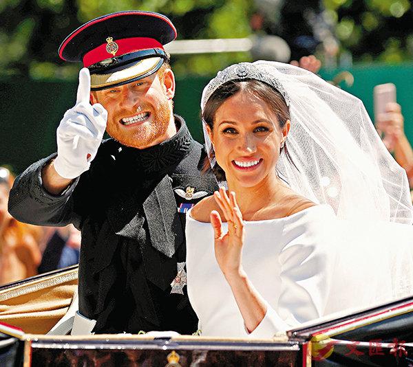 ■哈里與梅根結成夫婦,坐上馬車巡遊溫莎,流露燦爛笑容。 路透社