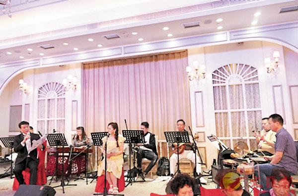 ■黃偉坤與凌千峰合唱《萬山流水會知音》。