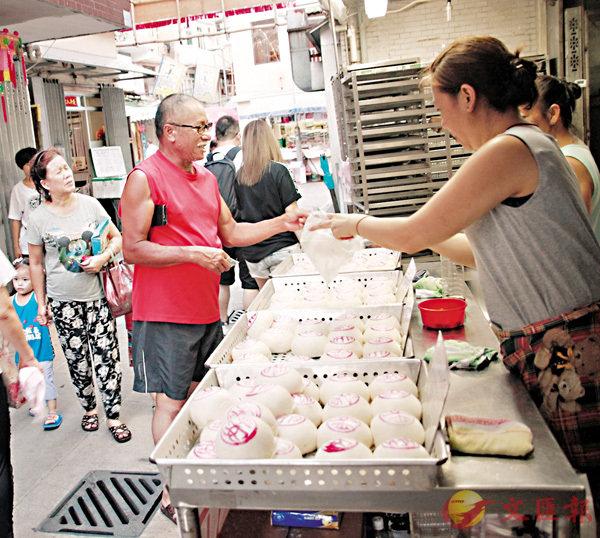 ■長洲平安包是節日最搶手食品。 香港文匯報記者聶曉輝  攝