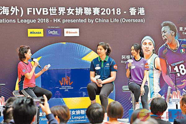■中國女排選手徐雲麗(中)早前曾為香港站比賽作宣傳。  資料圖片