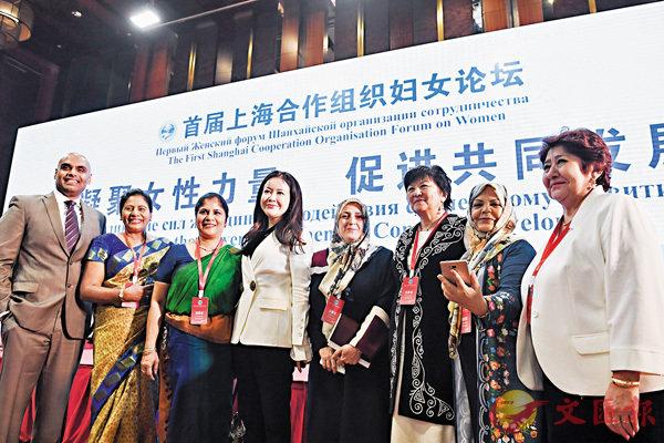 ■首屆上海合作組織婦女論壇在北京舉行,論壇嘉賓在開幕式後合影。