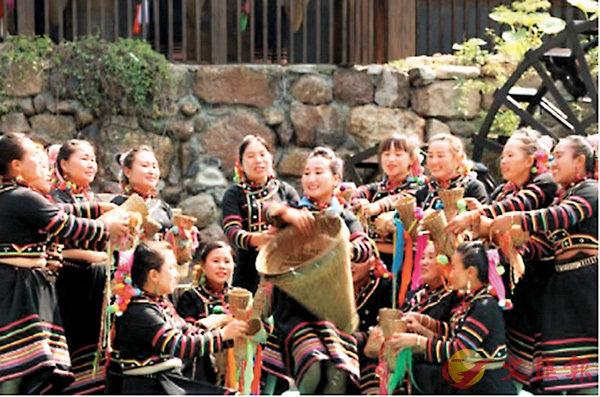 ■《快樂的拉祜》歌舞表演,中間是李娜�芋C(王亞楠  攝)作者提供
