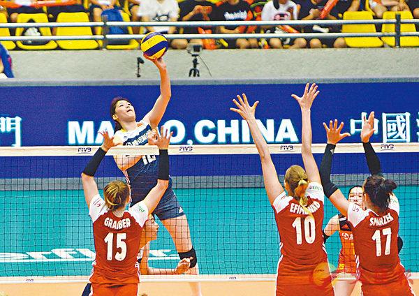■中國新星李盈瑩(藍衫)在比賽中扣殺。 香港文匯報記者郭正謙  攝