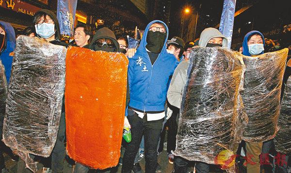 ■ 梁天琦 (中間藍衫黑色口罩者) 站在旺角暴動的最前線。 資料圖片