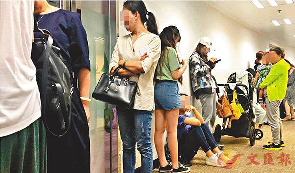 ■ 香港有私家醫療中心於下午開診前已大排人龍,有30多人在等候注射疫苗。專題組供圖