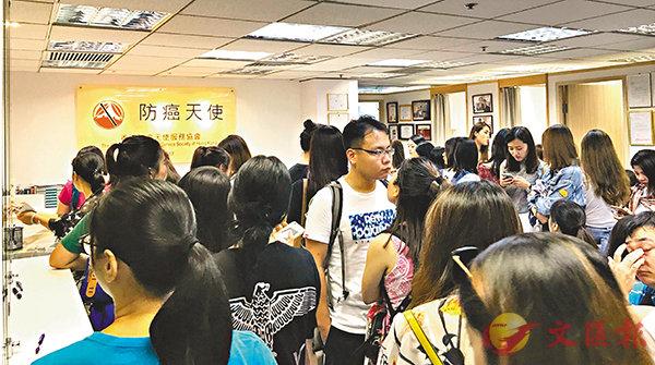 ■ 內地客在香港排隊打針場景。   受訪者供圖