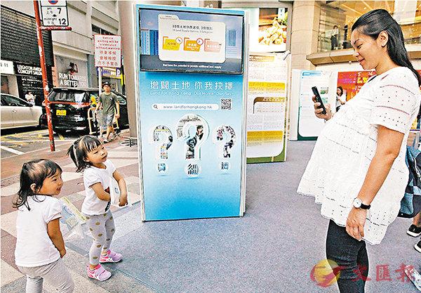 ■土供組在銅鑼灣利舞臺設展覽,讓市民填寫問卷。香港文匯報記者曾慶威  攝