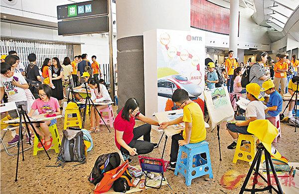 ■在高鐵西九龍站進行全港青年繪畫比賽:「我心目中的高鐵」。 香港文匯報記者莫雪芝  攝
