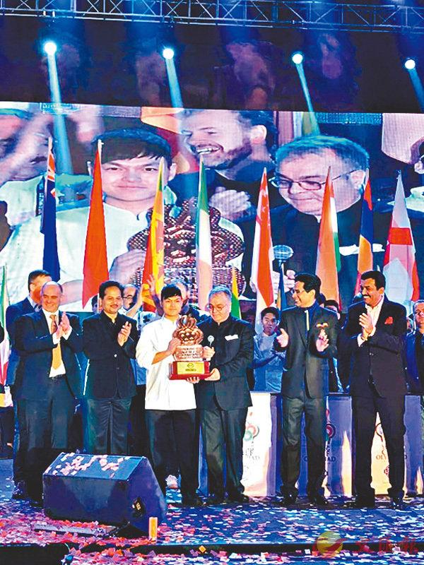 ■李漢輝(左三)從超過40名參賽者中脫穎而出,於第四屆International Young Chef Olympiad 2018(YCO)中奪得銅獎,為港爭光。 VTC供圖
