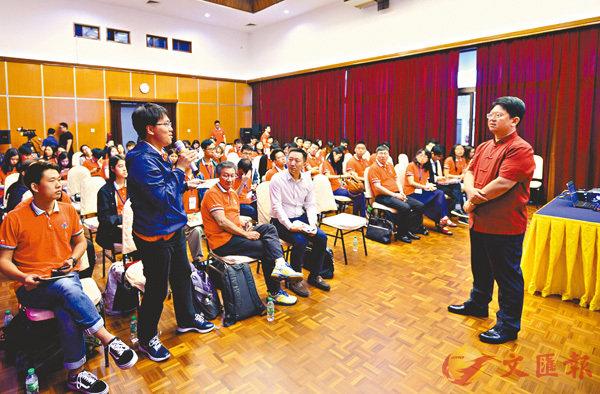 ■學生拜訪中國駐馬來西亞大使館,駐馬大使白天(右)勉勵同學實地感受「一帶一路」建設最新的成果及前景。 記者林良堅  攝