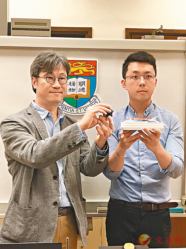 ■顏慶雲(左)和關鍵鏵(右)展示以光驅動的「氫氧化鎳」。 香港文匯報記者柴婧  攝